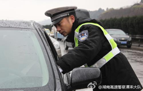 身怀5月孕妇心疼丈夫开车太累 自己无证上路被查获
