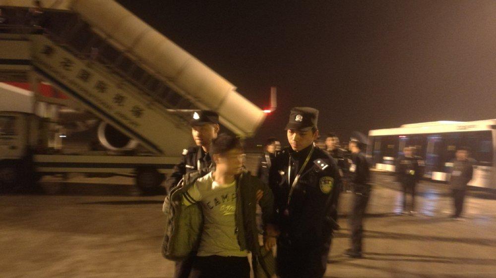 川航客机疑遭劫机 媒体胡编乱造新闻事实制止在飞机上捣乱秩序