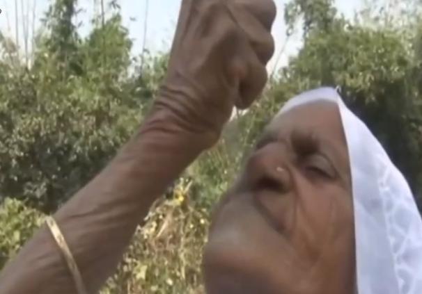 印度80岁老妇,每天吃2斤沙子,70年从未间断