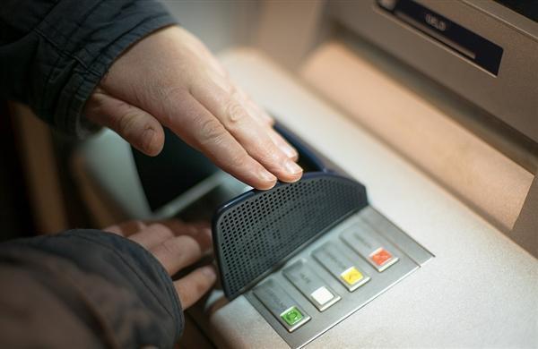 支付宝/微信太无敌:移动支付要逼死ATM机