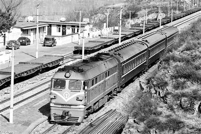 3节绿皮火车开25年只为方便村民 票价也是相当的便宜