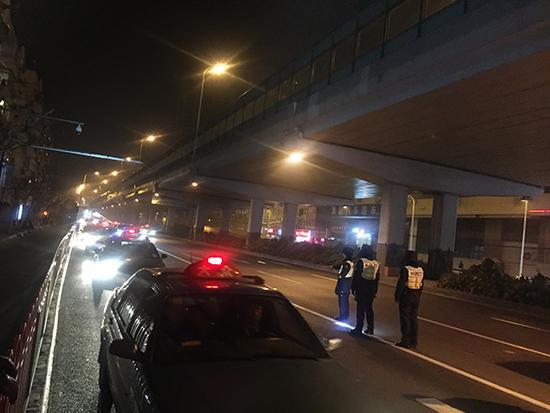 """上海出租车顶灯再次统一""""亮红灯"""" 现已查处了6辆相同的车"""