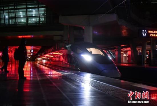 """一年一度的春运大幕开启,一列列高铁、动车已开始行驶。很少有人知道,在千万旅客享受铁路带来的""""贴地飞行""""之前,有一趟列车已经作为""""领航者""""为旅途确认出一条安全畅通的运行轨道。图为京津城际首趟""""复兴号""""开路车从北京南站正式启程。 <a target="""