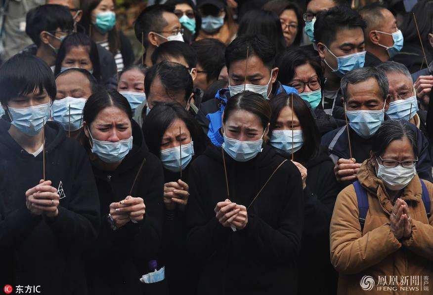 香港致19死车祸事故家属祭拜遇难者