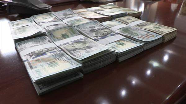 男子10万美金丢在公交上,民警和公交集团工作人员连夜努力将其物归原主