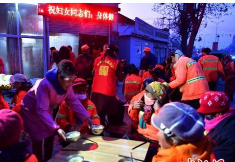 三八妇女节:石家庄栾城爱心志愿者让环卫工乐享鲜花、早餐