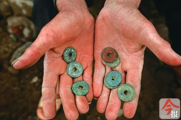 广西一河滩出土秦代钱币引不少人探挖 ,当地称将严厉打击