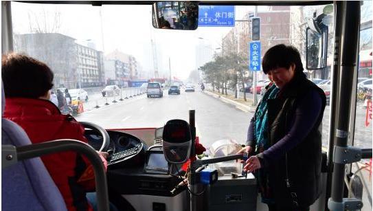 河北石家庄智慧交通出新招 刷手机可享公交免费