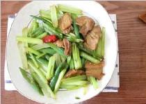 芹菜家常做法最好吃,清热解毒,失眠人要多吃!