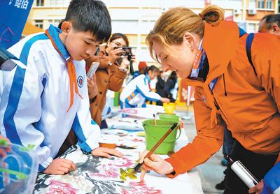 克利伯环球帆船赛船员与小学生交流中西文化