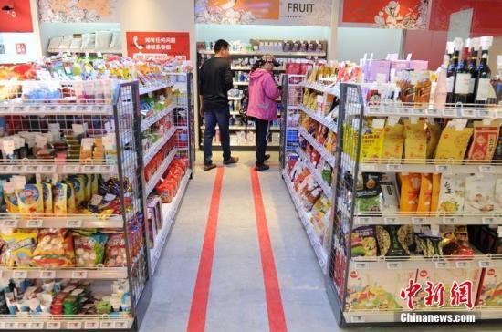 顾客在无人超市内选购商品。刘栋 摄