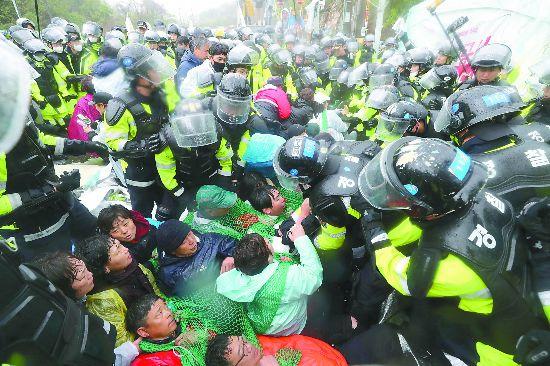 """强推""""萨德""""基地施工!韩国3000警察驱赶示威民众"""