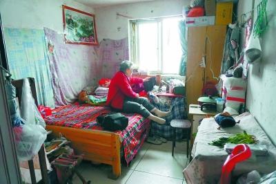 为1套公租房母子10年打8场官司 79岁老人盼回家
