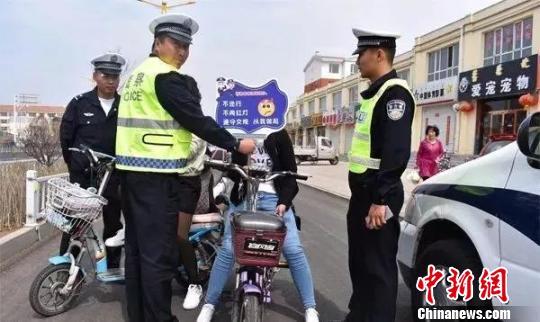 """内蒙古交警出""""新招"""" 电动车违法罚款变""""微集赞"""""""