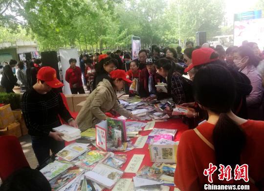 """郑州集中展、发破损图书 呼吁""""爱书请别伤害它"""""""