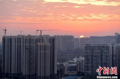资料图:图为成都城区一角,太阳正从东方升起。<a target=