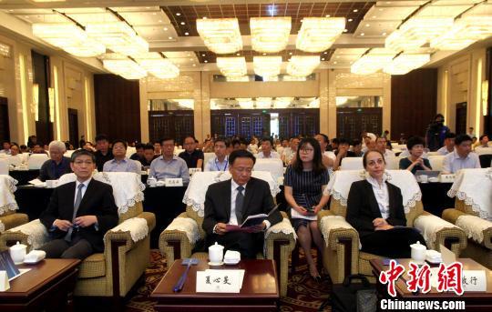 图为扬州市代市长夏心旻(中)和联合国教科文组织驻华代表处代表欧敏行(右)、外交部外事管理司司长廖力强(左)出席并致辞。 崔佳明 摄