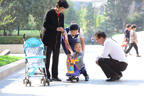 河南正弘物业管理有限公司员工与业主在一起