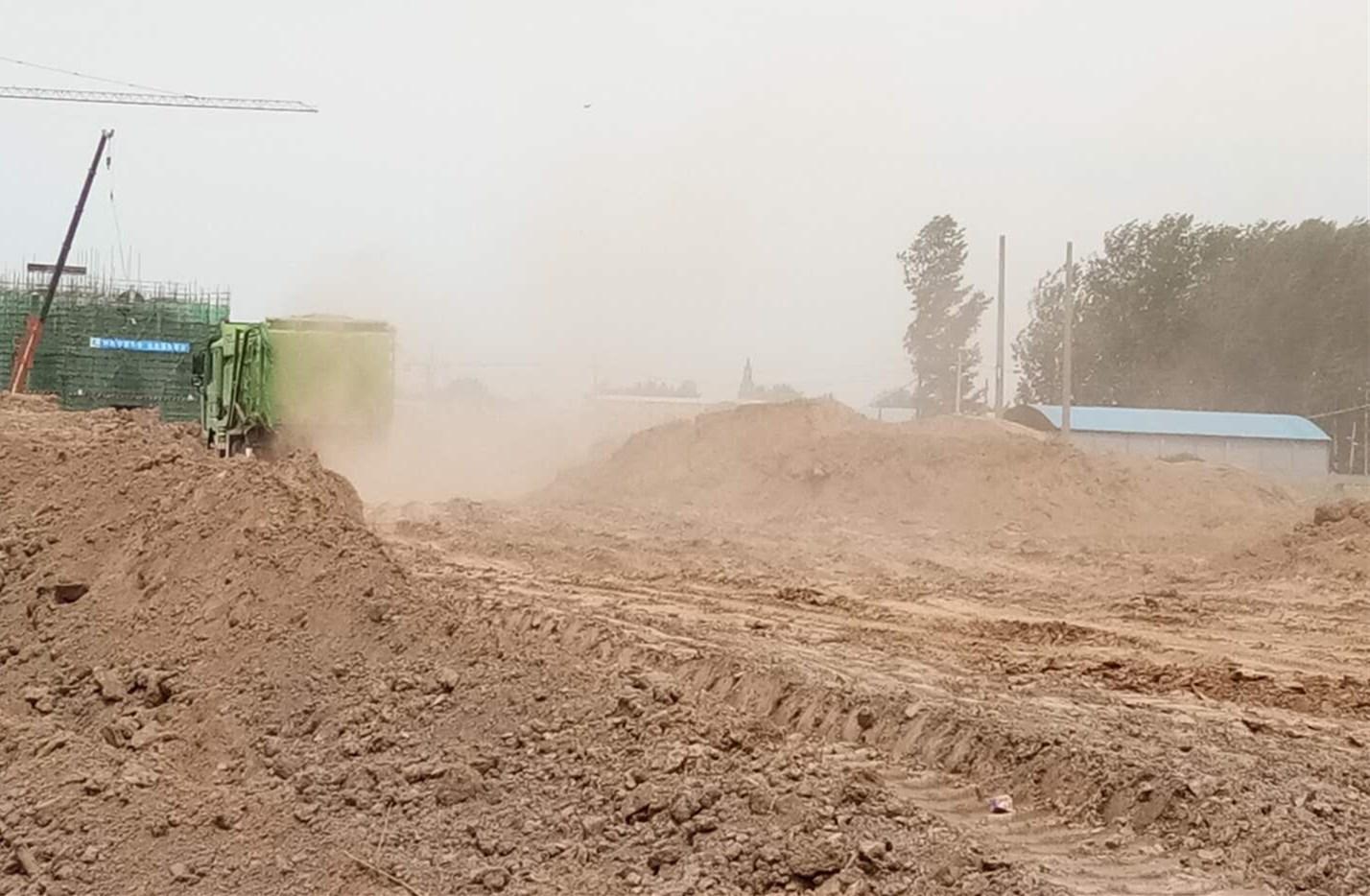 河南新乡市平原新区祝楼乡新王庄村扬尘污染严重
