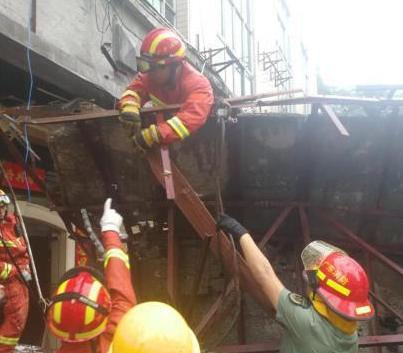 广东深圳一酒楼后门雨棚坍塌致6人被压 其中4死2伤