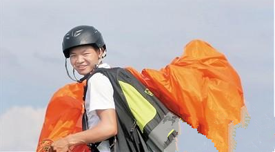 重庆90后小伙办滑翔伞基地圆飞翔梦 带着老父亲飞天