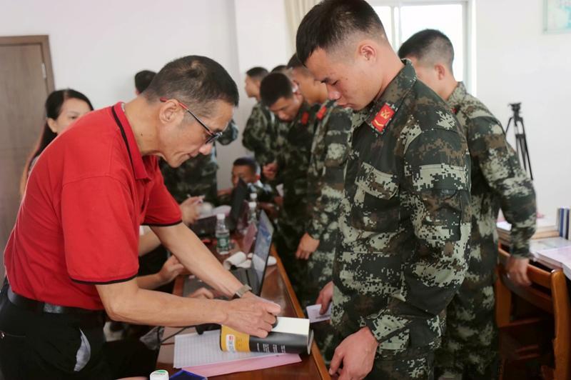 广西崇左:流动图书进军营 战士乐享文化餐