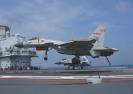 揭秘舰载战斗机飞行员:27亩甲板上的刀尖舞者