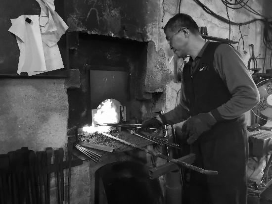 常州金坛老人坚守40年 传承传统打铁技艺