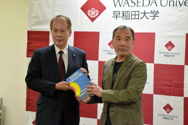 村上春树向母校早稻田大学捐赠亲笔书稿及个人私藏