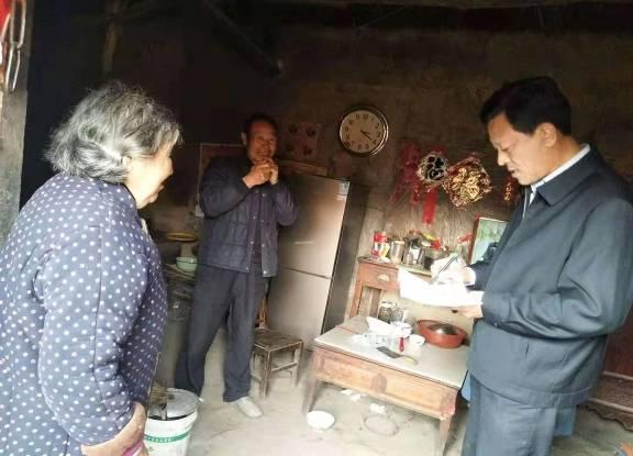 县台办到第一书记任职村走访慰问贫困户