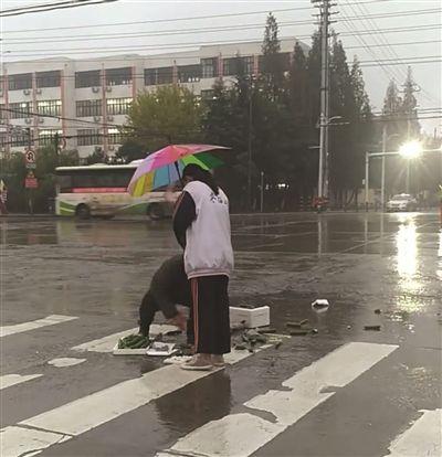 """女孩为拾菜老人打伞遮雨 """"最美撑伞背影""""获数万网友点赞"""