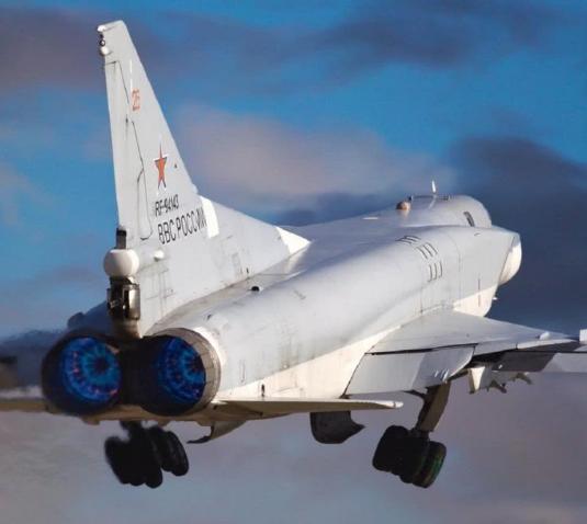 """俄罗斯""""逆火""""战略轰炸机遭遇罕见暴风雪坠毁:2死2伤"""