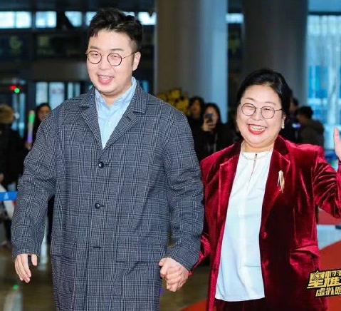 杜海涛妈妈和59岁倪萍合影,准儿媳沈梦辰的留言亮了