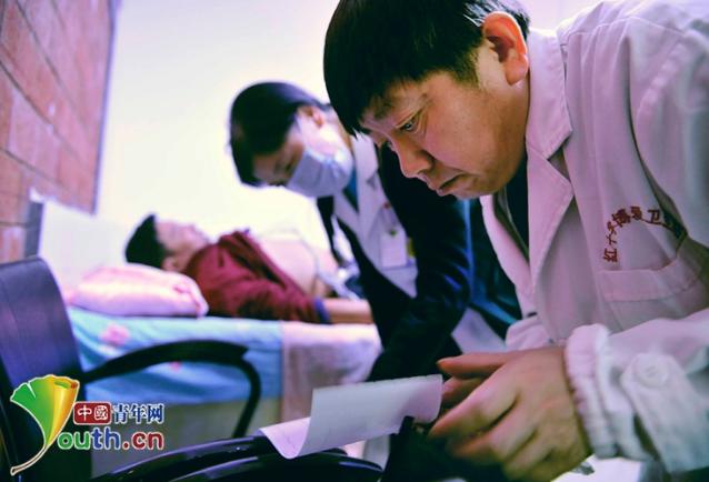 """""""迷你""""诊所的""""大医生""""侯立峰 """"奢侈""""20年为民看病"""