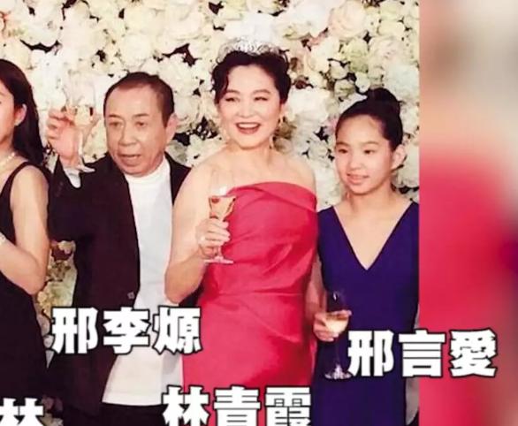 64岁林青霞名店内主动亲吻西装帅哥,两人当众牵手同行毫不避讳