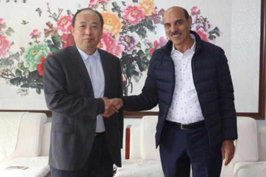 中科创新董事长李诗昌先生与接产考察项目的外国友人在一起