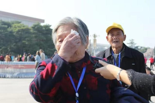 """103岁老人泪洒天安门,农民工党支部书记自费21万,带40位""""父母""""圆梦北京"""