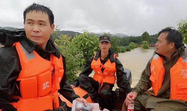武警广东省总队惠州支队转移因洪水受困民众千余人