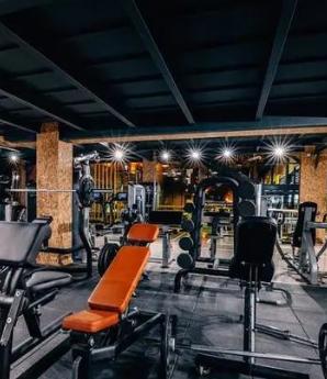 杭州两个男同事去健身房互飙体能,所有器材来一遍!第二天去厕所两人崩溃